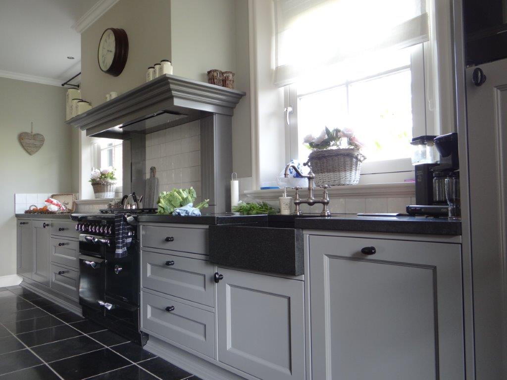Handgemaakte landelijke keuken interieurs de meubelberg - Keuken met granieten werkblad ...